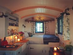 Free Range Escapes' Bluebell shepherd's hut - Shepherd's huts (UK, France) for Rent in Trelill, England, United Kingdom Tiny House Living, Small Living, Home And Living, Camper Interior Design, Tiny House Rentals, Caravan Home, Small Cottages, Small Houses, Tiny House Nation