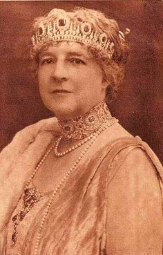 Queen Amélie (of Orléans-Portugal) Sapphire(?) & Diamond Tiara and Stomacher. Also Diamond Choker. Royal Crowns, Royal Tiaras, Crown Royal, Tiaras And Crowns, Amelie, Portuguese Royal Family, History Of Portugal, Diamond Tiara, Sapphire Diamond