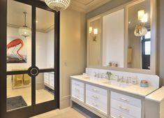 Unikt klassisk baderom med hvite skuffer og speil innrammet i lys grå farge. Benkeplate i lys marmor med dobbel hvit vask og 3 hulls kran i krom. Matchende lamper og håndtak i lys marmor og messing