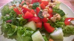 Salatherzen, Rucola, Gurke, rote Paprika und ein wenig JR Farm Obstsalat.