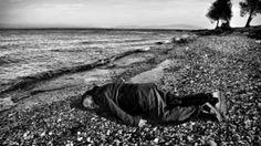 Image copyright                  Rohit Chawla India Today AP                  Image caption                     Ai recuerda una de las imágenes más impactantes de la crisis migratoria de 2015.   La imagen evoca una de las situaciones que más polémica levantó durante 2015: tendido boca abajo sobre una playa a la orilla del mar, con los brazos extendidos, inerme. El artista y activista chino Ai Weiwei posó para una fotografía en la que reproduce la ima