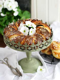 Ostern – meine absolute Lieblings(back)zeit! Jedes Jahr freue ich mich wie ein kleines Kind auf diverse Hefekranz-Kreationen, Cupcake-Kunstwerke und unmengen an Carrot Cake (der im Übrigen mein absoluter Lieblingskuchen ist). Heute habe ich aber erst einmal nur eine der eben aufgezählten Leckereien mitgebracht: Einen fluffigen Hefekranz mit Mohnfüllung und einer Marzipancreme, in die man sich …