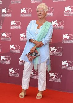 'Philomenia' Photocall - The Venice International Film Festival - Dame Judi Dench - great summer look Mature Fashion, 60 Fashion, Fashion Over 50, Fashion Dresses, Womens Fashion, Ladies Fashion, Fashion Ideas, Fashion Trends, Judi Dench