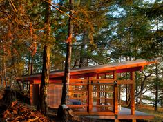 Beautiful simple cabin by my architect friend Mark Osburn and his firm Osburn Clarke. Via Adventure Journal. I heard another architect say lately that the cabin form is the vernacular architecture … Lake Cabins, Cabins And Cottages, Beach Cottages, Tiny House Cabin, Cabin Homes, Style At Home, Cabin Design, House Design, Haus Am See