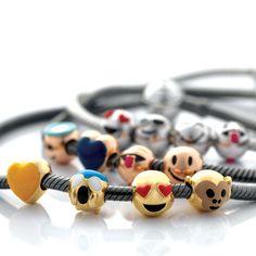 Ogni charms è disponibile anche nella versione dorata e rosé, ed è firmato con il brand Argenesi #emoticons #charms #argento925 #rose #dorato #indossaletueemozioni #brand