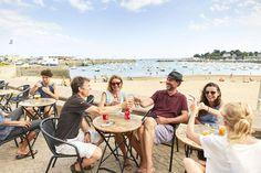 ©A.LAMOUREUX, après l'effort, le réconfort ! Un petit rafraîchissement en terrasse sur le port e Saint-Quay-Portrieux, Bretagne.