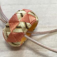 ワークショップに参加して作ったゆびぬき。 できあがってみたらフランボワーズケーキみたいな配色になってました(^^; Kogin, Thimble, School Ideas, Cuff Bracelets, Diy And Crafts, Weaving, Japanese, Embroidery, Jewelry