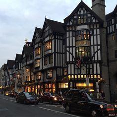 #London #LibertyLondon #リバティー ロンドン発祥の高級デパート、オシャレなセレクトショップの Liberty London は、1875年創業。 Harrods などと並ぶイギリスの老舗デパートです。 特徴的な建物が目を引きますが、店内も、柱の一本一本、照明や商品のディスプレイにいたるまで、すべてがとても美しく装飾されており、デパート全体がひとつの美術品のような佇まいです。 . . #クラッシックなタクシーも素敵#oxfordcircus#オクスフォードサーカス#ロンドン#イギリス#デパート#高級デパート#リバティーロンドン#England#娘との二人旅 Bedroom Art, Multi Story Building, Street View, London, Paris, City, Art For Bedroom, Montmartre Paris, Paris France
