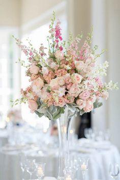Centro de mesa de colores rosas o blush para una boda estilo romántico. #CentroDeMesa