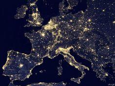 """24 heures en images L'Europe """"by night"""" depuis l'espace. Paris, Londres, Madrid, Rome... Les grandes métropoles sont autant de points scintillants dans la nuit. Ce tableau, rendu public le 2 octobre, est composé d'un assemblage d'images acquises en 2012 par le satellite Suomi NPP de la Nasa dont l'instrument d'imagerie infrarouge permet de capter l'activité lumineuse de la Terre. (REUTERS/NASA/Handout)"""