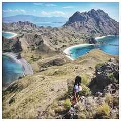 Finally I made it to Padar! Thanks to @skyscannerindonesia 😘😘 Padar island is part of the Komodo islands (Komodo National Park). From this viewpoint you can see three different colour beaches; pink, white and black beach. One thing that you might not know is there are Komodo Dragons on Padar Island, so do be careful when exploring.  We are off to Ende tomorrow morning. For more updates, also check @lostpacker and @skyscannerindonesia. For 10 seconds of fun live videos follow my Snapchat 👻…