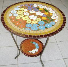 Tampo de mesa em placa cimentícia para área interna ou externa revestido em pastilha de cristal na lateral e azulejo no centro com 60 cm de diâmetro.  Confeccionamos sob encomenda com desenho, cores e tamanho personalizadas