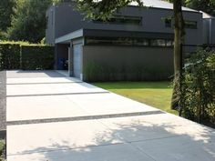 Driveway with horizontal lines-for thyme or other tough ground cover or crushed small basalt rock? betonnen vloerplaat oprit
