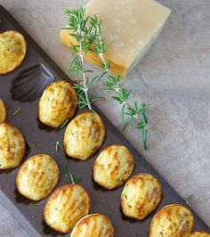 Recipes for an aperitif: madeleines with parmesan and herbs Parmesan, Madeleine Recipe, A Food, Food And Drink, Yummy Food, Tasty, Food Videos, Family Meals, Food Processor Recipes
