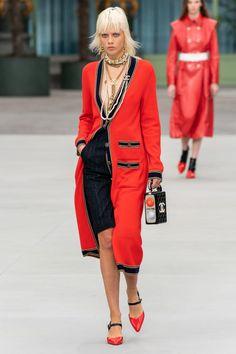 Chanel Resort 2020 Fashion Show - Vogue Chanel Fashion Show, Red Fashion, Fashion Week, Couture Fashion, High Fashion, Fashion Outfits, Womens Fashion, Chanel Style, Style Fashion