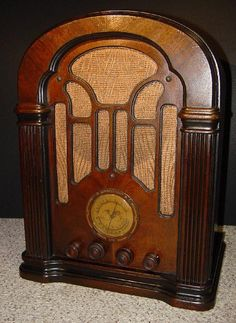 Photos and description of the Atwater Kent model 206 tombstone radio from 1934 Radios, Radio Record Player, Record Players, Old Time Radio, Ham Radio, Tv On The Radio, Vintage Wood, Retro, Box Tv