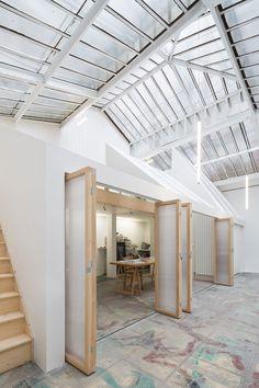 프랑스 파리, 어느 화가의 스튜디오에는 웅장한 1900 유리 캐노피로 가득하다. 겨울철에는 공간의 세분화를 통해 최적의 난방시스템을 갖춰야 하는데, 이번 프로젝트에서 적용한 '작업 공간 안에 작업공간'이라는 원칙을 통해 이러한 기대를 충족시키고 있다. 아티스트에게는 자연조광의 퀄리티가 매우 중요하다. 이곳에서는 자연채광이 통과할 수 있는 부채꼴의 새로운 구조 형태 덕분이 이러한 퀄리티가 유지될 수 있다. In t..