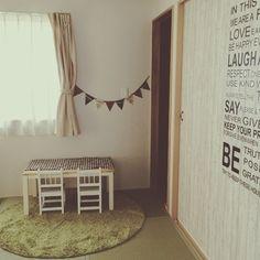 い草カラーのふかふか丸形ラグは、直線的な和室に柔らかい印象を与えます。こちらは子供部屋の事例です。