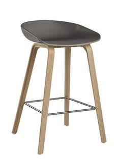 239€-Tabouret de bar About a stool / H 65 cm - Plastique & pieds bois Gris / Pieds bois naturel - Hay