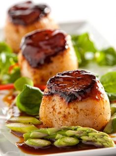Seared Scallops with Hoisin Glaze | 12 Scallop Recipes Perfect For A Weeknight Meal | Mouth Watering Seafood Recipes at  http://homemaderecipes.com/healthy/dinner/12-scallop-recipes/