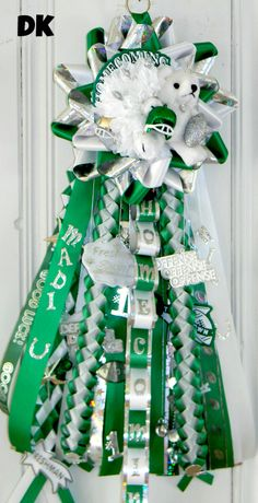 The Domestic Curator: Legendary Homecoming Mum Ideas Homecoming Mums Senior, Football Homecoming, Homecoming Garter, Homecoming Corsage, Homecoming Dresses, Texas Mums, Football Mums, Floral Design Classes, Mums The Word