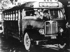 """Ônibus """"Camões"""" - 1955 Os ônibus apelidados de """"Camões"""" pelo povo - numa alusão ao poeta português cego de um ôlho - tinham mecânica AEC (inglesa) e carroceria fabricada pela Grassi, de São Paulo. A imagem mostra um modelo desse tipo que percorria a linha de número 12, Leblon-Estrada de Ferro, no Rio de Janeiro em 1955."""