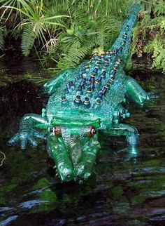 Czech artist Veronika Richterová has created a collection of stunning plant and animal sculptures from recycled plastic bottles. Easy Diy Christmas Gifts, Christmas Crafts For Kids To Make, Christmas Gift Baskets, Christmas Gifts For Boyfriend, Christmas Gift Wrapping, Simple Christmas, Boyfriend Gifts, Holiday Gifts, Christmas Christmas