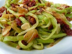 Recette de Tagliatelles de courgettes-tomates séchées-amandes : la recette facile