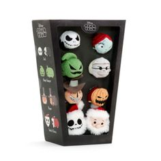 Introduisez cette sinistre collection dans votre vie! Cet ensemble de mini peluches Tsum Tsum contient huit personnages effrayants de L'Étrange Noël de Monsieur Jack, tous avec des détails en relief et un ventre rempli de microbilles.
