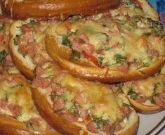 """Еще больше рецептов здесь https://plus.google.com/116534260894270112373/posts  Такие удивительно простые в приготовлении ГОРЯЧИЕ БУТЕРБРОДИКИ действительно имеют пикантный, но вместе с этим замечательный вкус, ну и также они весьма аппетитны на вид и могут стать прекрасным блюдом для завтрака!  Ингредиенты:  ●четыре-пять ломтиков белого хлеба или батона, ●две сосиски (их можно заменить вареной колбасой по вашему выбору, например обычной """"Докторской""""), ●один крупный помидор, один-два зубчика…"""