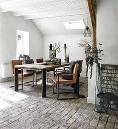Stoere leren stoelen voor bij een Scandinavisch, botanisch en industriële inrichting. Armstoel Caldes | #prontowonen #droomwoonkamer