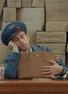 So ein Fashion-Paket wollen wir auch! Die Prada Postman Dreams Kurzfilme