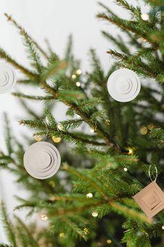 Modern Christmas Ornaments, Handmade Christmas, Christmas Tree Ornaments, Christmas Diy, Christmas Decorations, Diy Ornaments, Diy Advent Calendar, Glitter Cards, Diy Paper