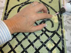 Jillily Studio: BIAS TAPE TUTORIAL Gluing to the quilt before securing with…