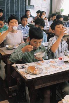 昭和の子供たち 写真特集. Vintage Japanese photograph. Schoolchildren eating lunch.