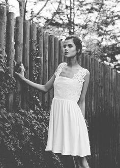 Une robe de mariée courte à larges bretelles