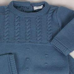 Conjunto 3 piezas en azulón.   Conjunto de punto ideal para los días fríos de otoño e invierno. Son 3 piezas: jersey, polaina y capota, en un color azulón muy bonito. Ideal para combinar con nuestros bodys tipo camisa de primera postura con cuellos y puños. 36,00 €