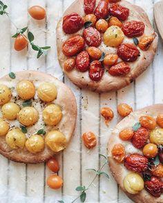 Buon pomeriggio!😊🍴Un modo facile,semplice e soprattutto sfizioso...ideale sia per  pranzo e per cena!🤗🍅🍅 Le  focaccine con pomodorini  misti!!!🍕 Buon pranzo!!❤️ #romantic #plating #pizza #luxury #roasted #tomatoes #simple #food #beauty
