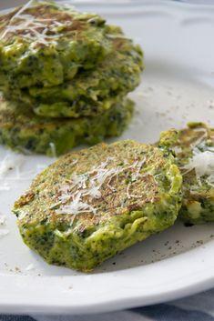 Broccoli saai? Niet als je er lekkere pannenkoekjes van maakt! Broccoli pannenkoekjes stonden al een tijdje op mijn to-cook lijstje. Omdat er sinds kort weer echte Nederlandse broccoli te verkrijge... Super Healthy Recipes, Vegetable Recipes, Healthy Snacks, Vegetarian Recipes, Harira, Beignets, Low Carb Smoothies, Sports Food, Food Reviews
