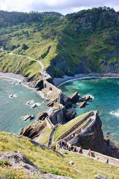 Everything you need to know to visit the stunning San Juan de Gaztelugatxe, also known as Dragonstone to Game of Thrones fans! A must see in Basque Country! Denver Colorado, Colorado Springs, Road Trip Pays Basque, Game Of Thrones Locations, Adventures Abroad, Spain Holidays, Aspen, Basque Country, Travel Oklahoma