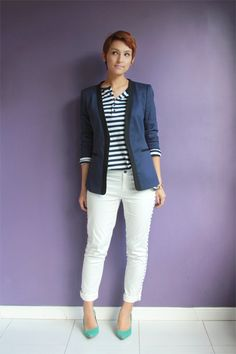 Calça branca e blazer no look do dia White pants on navy outfit…