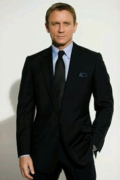 Daniel Craig is the sixth and latest actor who is portraying the fictional character of Ian Fleming's James Bond. Estilo James Bond, James Bond Style, Der Gentleman, Gentleman Style, Sharp Dressed Man, Well Dressed Men, Terno James Bond, Suit Fashion, Mens Fashion
