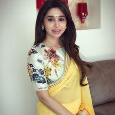 How to get a designer saree look with a simple saree. New Saree Designs, Saree Blouse Neck Designs, Fancy Blouse Designs, Blouse Patterns, Stylish Blouse Design, Simple Sarees, Saree Trends, Stylish Sarees, Saree Look
