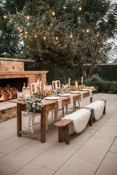 Curate your very own exclusive sanctuary with the top 33 finest outdoor patio ideas. Discover awesome backyard lounge and also dining location layouts from conventional to modern-day. Outdoor Tables, Outdoor Rooms, Outdoor Decor, Outdoor Table Settings, Outdoor Farmhouse Table, Rustic Outdoor Dining Sets, Farmhouse Decor, Outdoor Events, Rustic Table