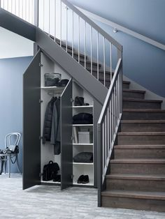 Garderobe/Skap under trapp - Plass til mer Staircase Storage, Stair Storage, Staircase Design, Closet Under Stairs, Under Stairs Cupboard, Bungalow Haus Design, House Design, Corner Storage, House Stairs