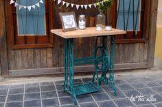 portada_mesa_con_pie_de_maquina_coser_antigua_las_tres_sillas Table, Furniture, Home Decor, Wedding, Home Furniture, House Decorations, Sewing Tables, Antique Chairs, Sea Glass