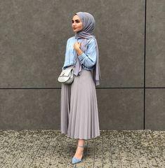 Etek Kombinleri Gri Uzun Pileli Etek Mavi Gömlek Gri Şal Mavi Stiletto Ayakkabı Modern Hijab Fashion, Muslim Fashion, Modest Fashion, Fashion Outfits, Fashion Fashion, Modest Dresses, Modest Outfits, Stylish Outfits, Casual Hijab Outfit