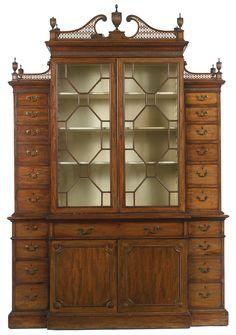 c1765 A George III mahogany breakfront bookcase circa 1765  Estimation  20,000 — 30,000  USD  Lot. Vendu 18,750 USD (Prix d'adjudication avec commission acheteur)