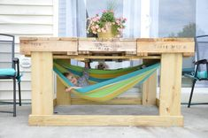 9 Perfect DIY Pallet Furniture Ideas The Effective Pictures We Offer You About makeup palette diy A Pallet Deck Furniture, Pallet Furniture Designs, Backyard Furniture, Pallet Designs, Diy Outdoor Furniture, Furniture Projects, Pallet Chair, Pallet Projects, Palette Furniture