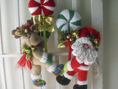 Santa y su reno. Felt Christmas, Christmas Themes, Christmas Stockings, Christmas Wreaths, Christmas Crafts, Xmas, Holiday Decor, 4th Of July Wreath, Snowman